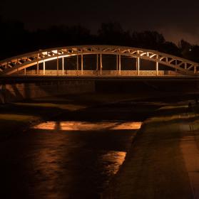 Noční Sýkorův most.