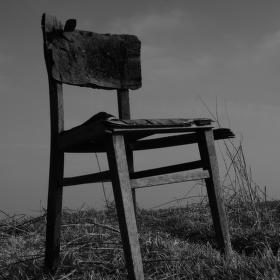 Osamocená židle v poli