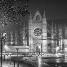 Katedrála svatého Kříže v ranní mlze (Cathédrale Sainte-Croix)