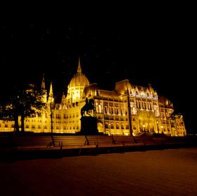 Parlament v Budapešti - Országház - Pohled z druhé strany
