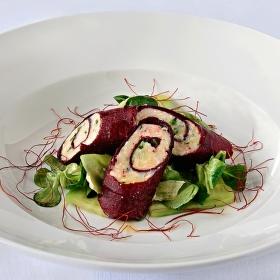 Kozí sýr v papíru z červené řepy,s listovým salátem a medovým dresinkem