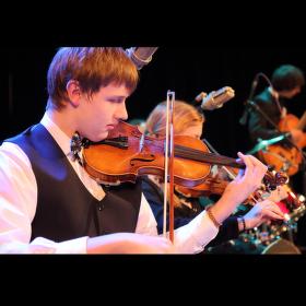Nadějný houslista z kapely Swing Melody Ostrov na koncertu v DK v Ostrově 6.12.2013