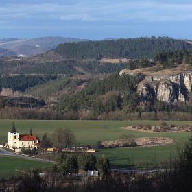 Kotýz a kostel sv. Jiří u Tmaně