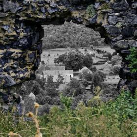 Brána z divočiny zpět do černobílého světa