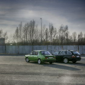 Škodovka s BMW sledují zádpad slunce