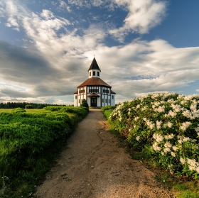 Kostelík v jarním hávu