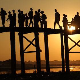 Soumrak na mostě v Barmě