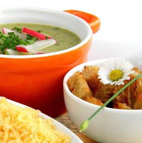 Jarní ředkvičková polévka se sýrem a chlebovými krutonky