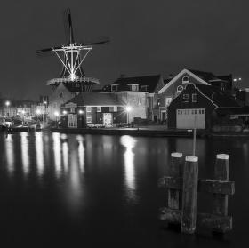 Větrný mlýn na předměstí Haarlemu - Holandsko.