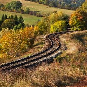 Podzim už zase maluje.....přebarvil i koleje...