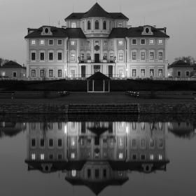 Noční snímek zámku Liblice u Mělníka