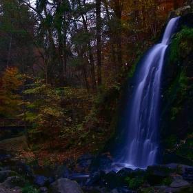...soumrak nad podzimním vodopádem...