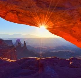 Východ slunce skrz Mesa Arch