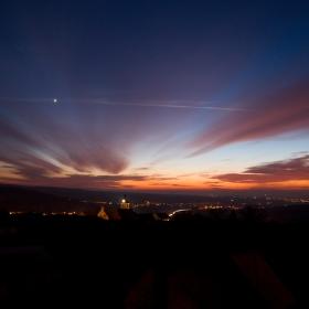 západ slunce s Venuší na obzoru a Popovický kostel v popředí