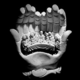V dlaních