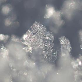 Krystaly v ledovém sněhu