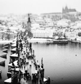 Zimní tilt-shift Karlova mostu z mostecké věže
