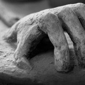 Ruka z hlíny