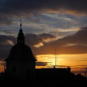 kaplička v povečerní obloze