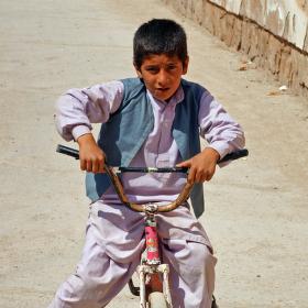 Malý afghánský cyklista