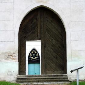 Přes dveře před dveře.