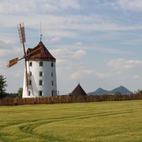 Větrný mlýn Vrátno s Bezdězem v pozadí