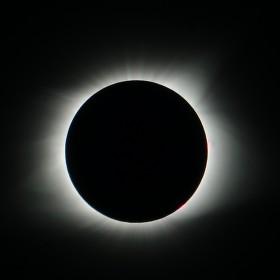 Sluneční koróna při zatmění Slunce 21.8.2017 v USA