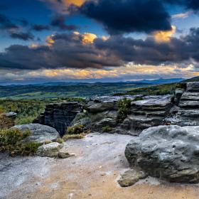 Blížící se soumrak ve skalách