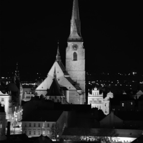Plzeňská věž převyšuje kopce