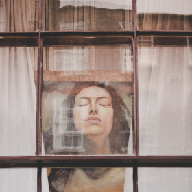 V oknech