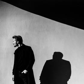 Muž v černém kabátu