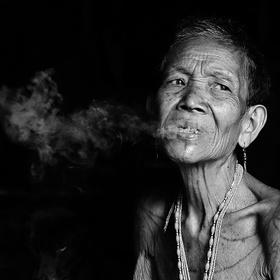 Stará mama z kmene Mentawai