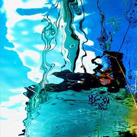 Odraz jachty na mořské hladině