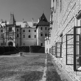 ... okna na zámku