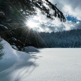 Zimní šumavský kýč a Čertovo jezero zahalené sněhem