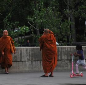 Mniši na zkušené ve světě