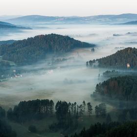 Mlha zahalila údolí