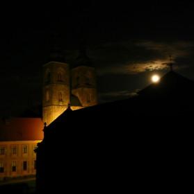 Noc v klášteře při úplňku