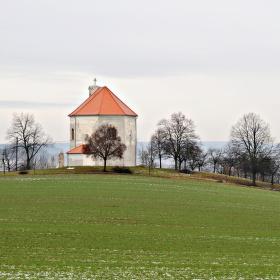 Kaple nad vesničkou.