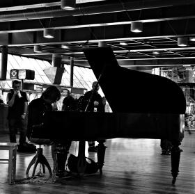 ..piano na hlavním nádraží...