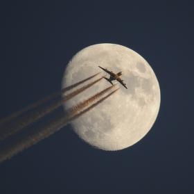 Měsíc a letadlo