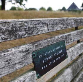 Lavička Rudolfa Steinera v Hyde Parku v Londyne