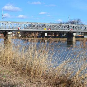 """Most zvaný """"Železný"""" v odpoledním slunci"""
