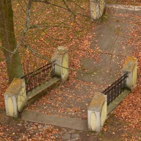 ....našli tam schody, nevedly nikam, uprostřed lesa, vždyť Vám to říkám.... :-)