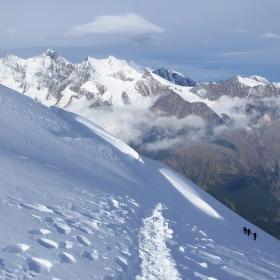 Pohled na Täschhorn, Dom a tři horolezce