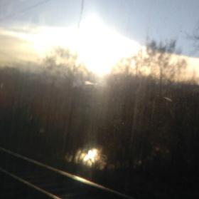 východ slunce za okny vagonu