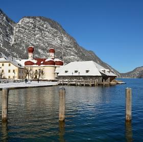 Jezero Königsee - poloostrov Hirschau - kostel St. Bartholomä