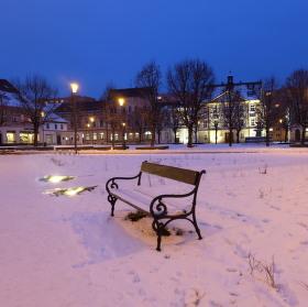 Osaměla lavička