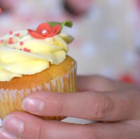 Hanka zdobí Cupcaky.