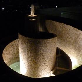 noční fontána